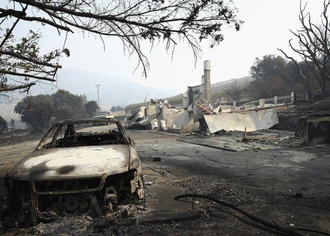 Los incendios en EE.UU. dejan un muerto, 500 casas destruidas y miles de evacuados
