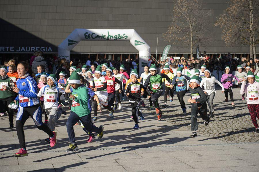 Cerca de 400 niños participan en la VII Carrera Infantil de la Navidad en Pamplona