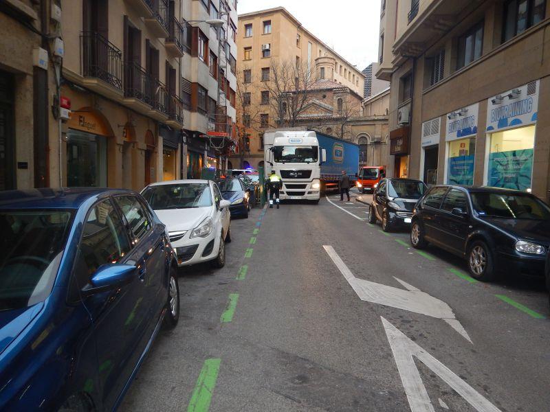 Un trailer se atasca en el Casco Viejo de Pamplona y golpea a un turismo aparcado