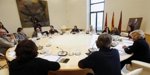 Carmena aprueba su Plan Económico sin seis concejales y con el apoyo del PP