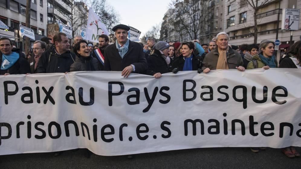 Miles de vascos desfilan en París para pedir cambios para los presos de ETA