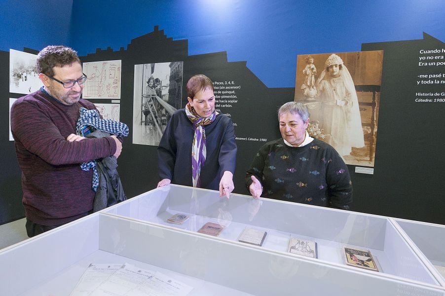 La Presidenta Barkos visita la exposición retrospectiva de Gloria Fuertes