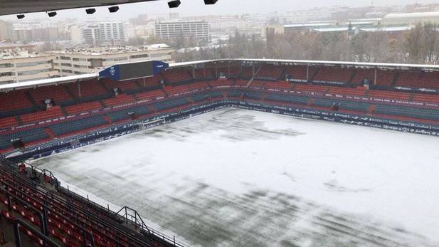 Con nieve en Pamplona los operarios de Osasuna trabajan en El Sadar