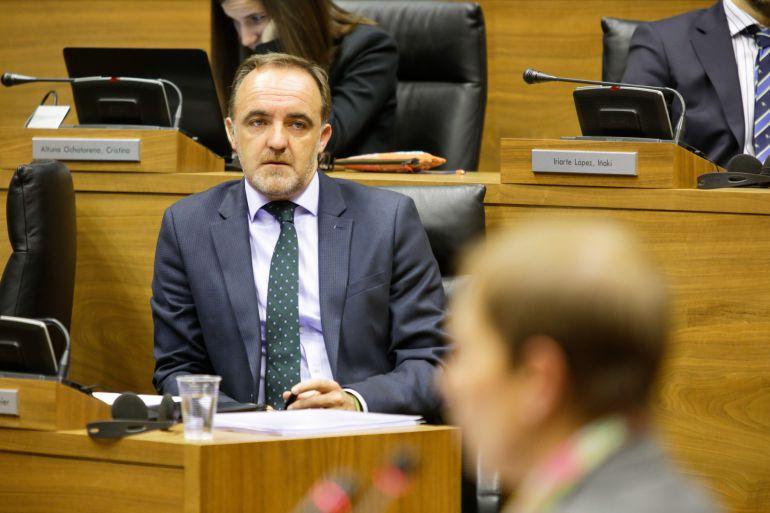 """Esparza pregunta a Barkos si el Gobierno """"va a seguir empeñado en imponer la ikurriña"""" en Navarra"""