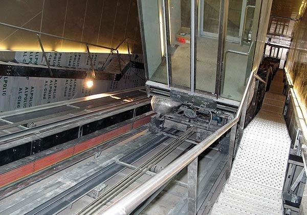 Una mujer herida cuando era rescatada del ascensor de Descalzos averiado