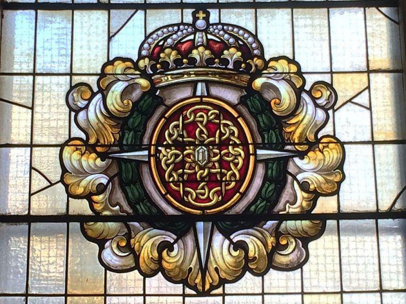 Retirada la Cruz Laureada de San Fernando de una vidriera del Instituto Navarro de la Administración Pública