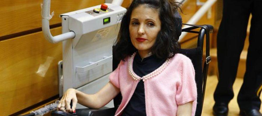 Una senadora de Podemos envía a un asistente a votar por ella en el pleno