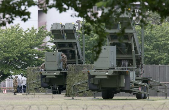 Pence examina las baterías antimisiles desplegadas en Tokio