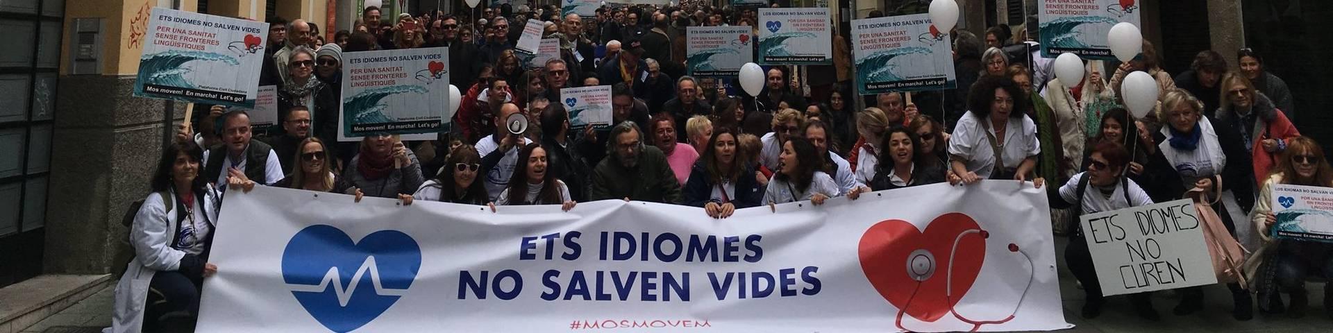 Miles de personas protestan en Palma contra la exigencia del catalán en la sanidad