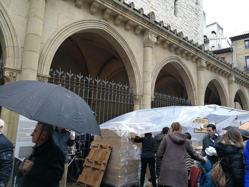 Mercadillo de roscos y dulces en el Día de San Blas, patrono de la garganta, en Pamplona