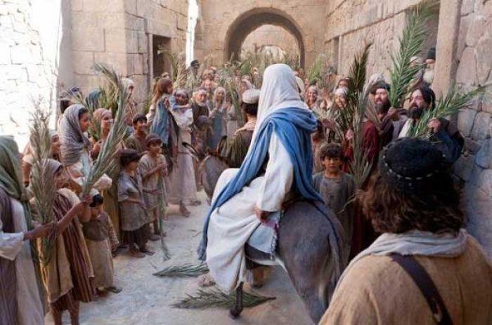Miles de católicos recrean la entrada de Jesús en Jerusalén en Domingo de Ramos