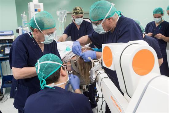 Operan por primera vez en España a una enferma de Parkinson con un robot