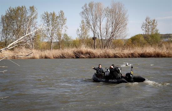 Familiares y amigos siguen de cerca búsqueda del desaparecido en el Ebro en Lodosa