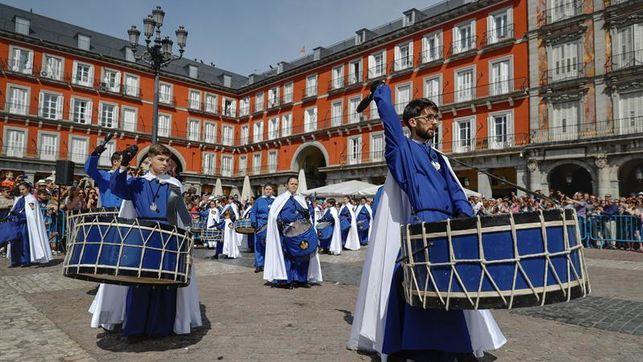 La tamborrada de la Plaza Mayor cierra la Semana Santa madrileña