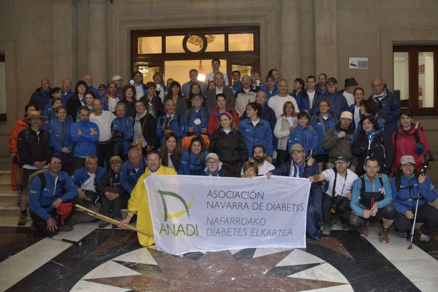 El alcalde de Pamplona, Joseba Asiron, recibe a los integrantes de 'Camina por la diabetes a Santiago'