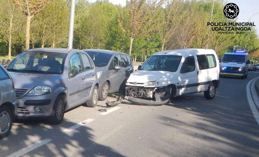 Un joven de 20 años choca contra tres vehículos estacionados en Pamplona