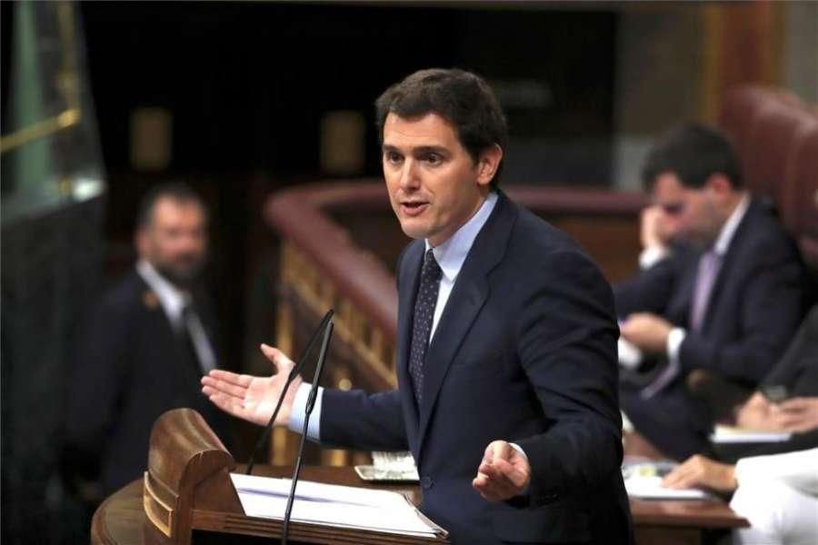 Rivera ofrece a Sánchez pactar elecciones y que no gobierne con Bildu
