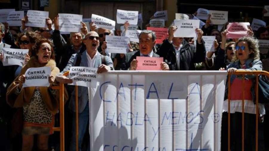 Unos 200 jueces y fiscales exigen frente al Ministerio la dimisión de Catalá