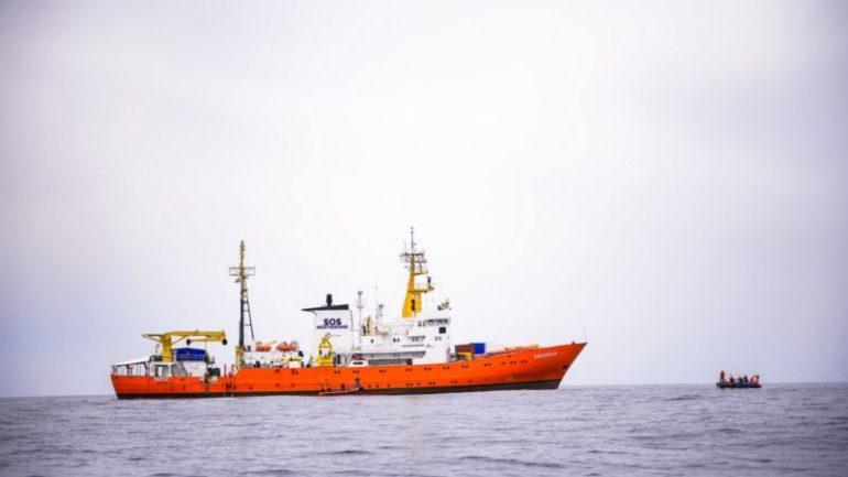El Aquarius pide a la UE un puerto seguro y cercano para llevar 141 inmigrantes