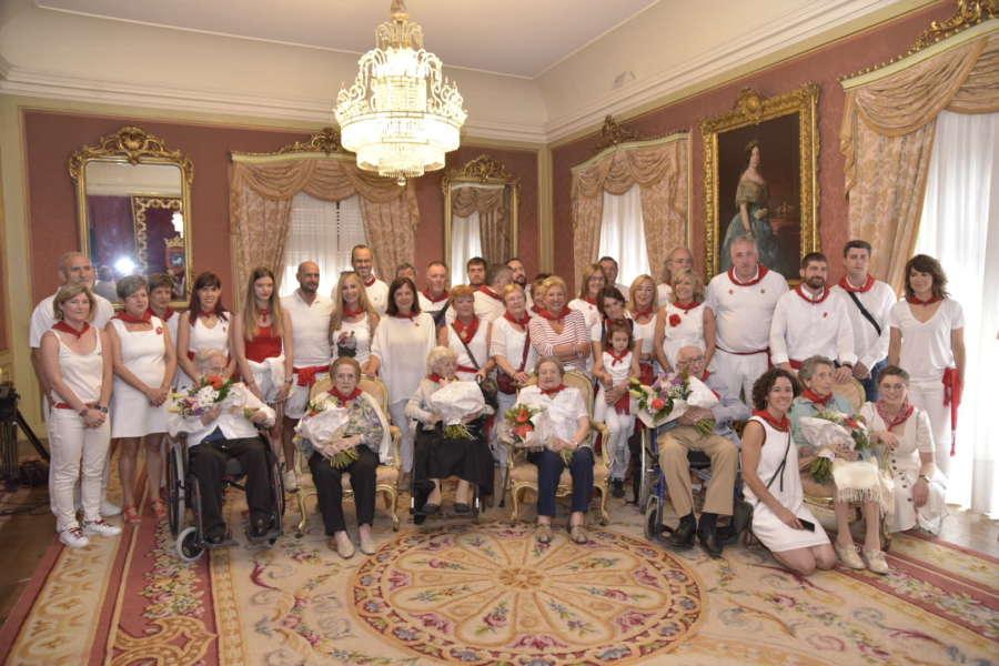 El Ayuntamiento de Pamplona homenajea a seis personas centenarias en el Día de las personas mayores