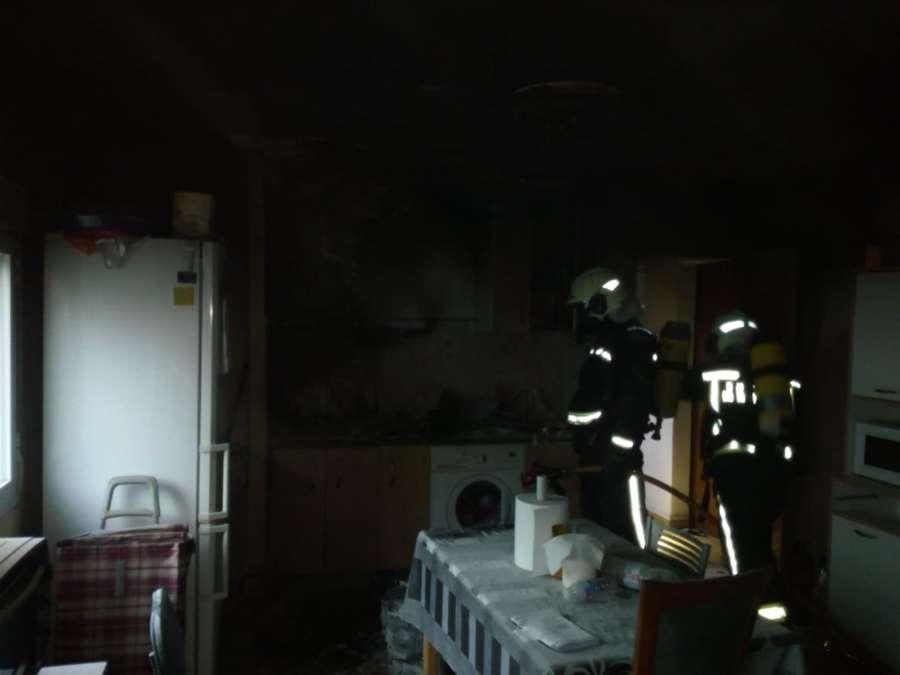 Dos intoxicados leves por humo en el incendio de una vivienda en Burlada