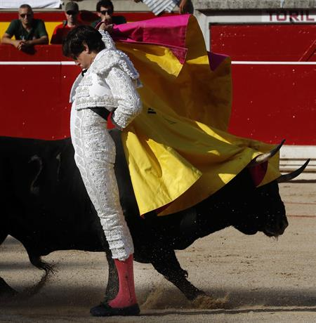 Roca Rey da en Pamplona una clase de toreo a un grupo de niños emocionados