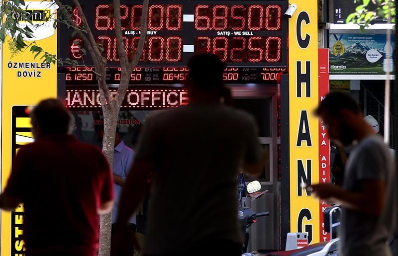 La lira turca retrocede tras rebajar Moody's su nota a más de 30 firmas