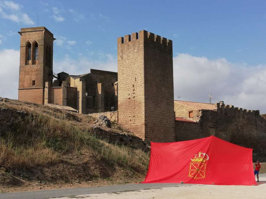 Banderazo: La gran bandera de Navarra luce en Artajona