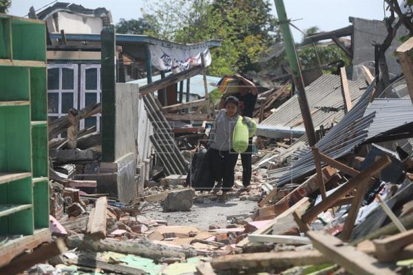 Suben a 10 los muertos tras el último terremoto de 6,9 en Indonesia