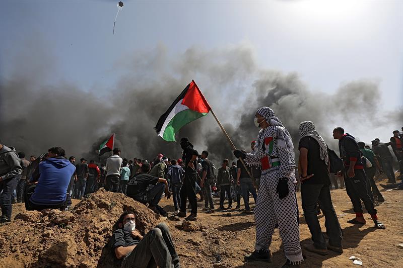 Un palestino muerto tras los disturbios en Gaza y fuego israelí