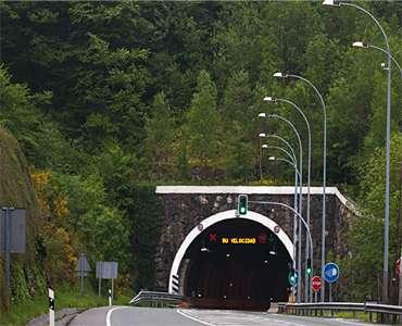 Un túnel de N-121-A cerrado durante algo menos de una hora por un accidente