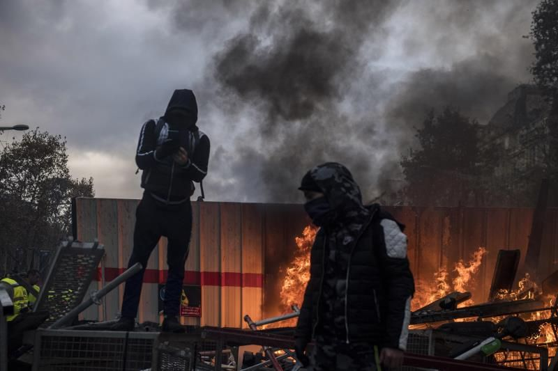 Francia no renuncia a la subida del impuesto sobre los carburantes pese a las violentas protestas