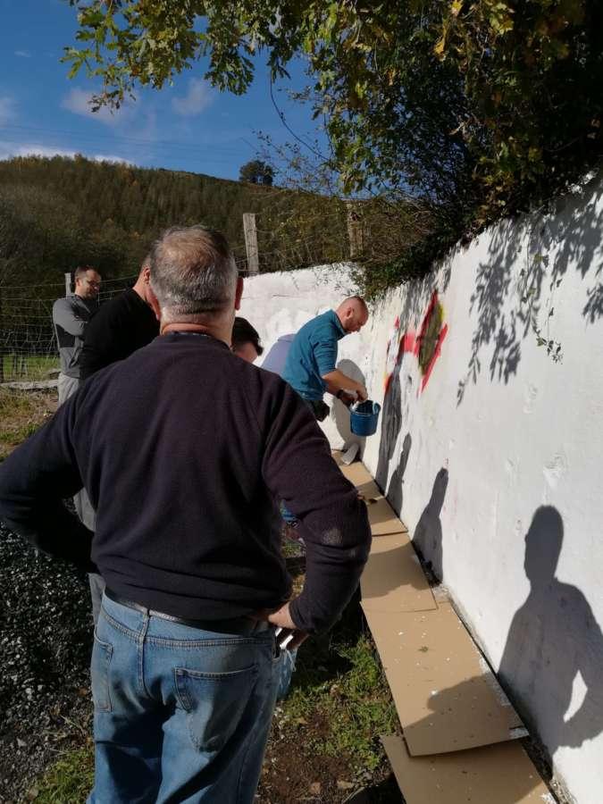 Vecinos y miembros de APROGC borran las pintadas del muro donde Beiro fue asesinado por ETA en Leiza