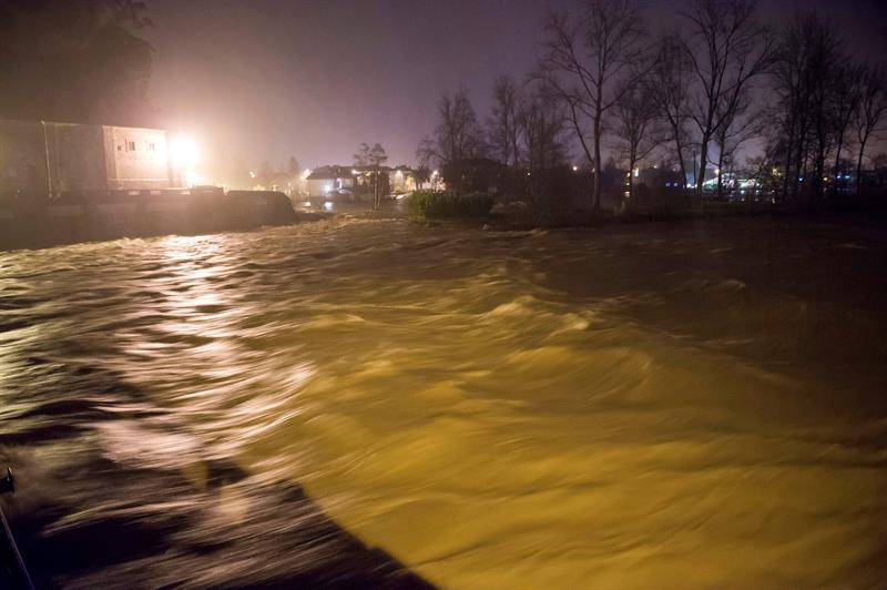 La crecida de los ríos inunda pueblos cántabros y obliga a evacuar a vecinos