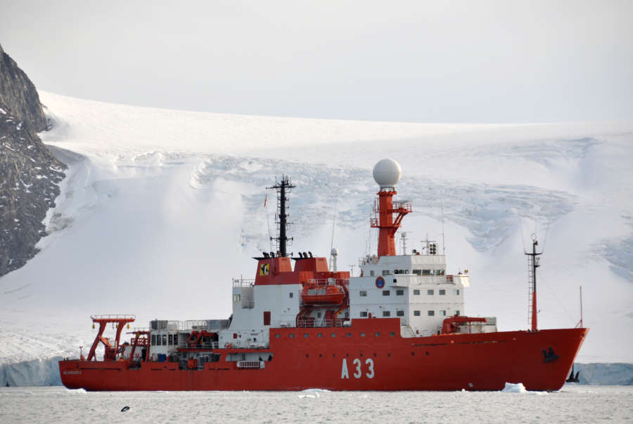 Buque español se convierte en laboratorio para 37 científicos en Antártida