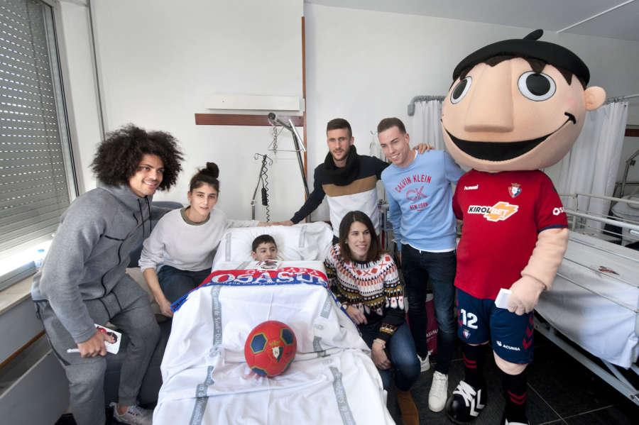 Osasuna visita a los niños ingresados en el Complejo Hospitalario de Navarra