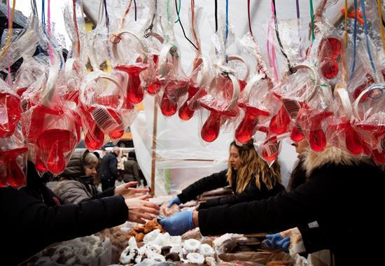 La pamplonesa plaza de San Nicolás acoge este lunes la festividad de San Blás, con 21 puestos de venta de dulces