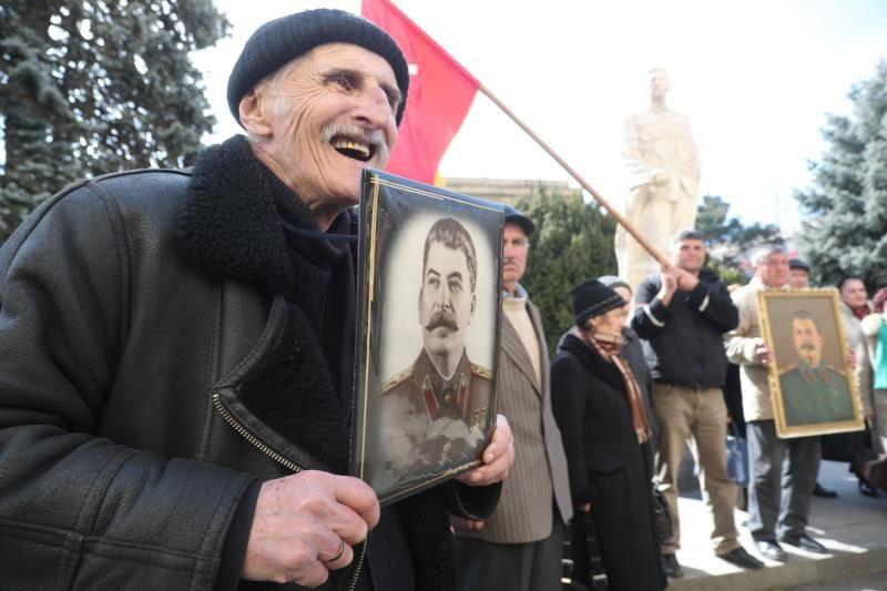 Detenidos por arrojar claveles a la tumba de Stalin al grito de