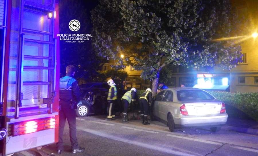 Un camión choca contra un turismo y causan daños a cinco coches estacionados