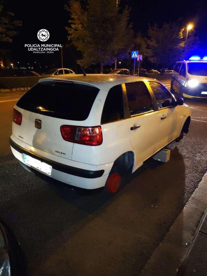 Sustraen las ruedas del lado derecho de un coche aparcado en Pamplona