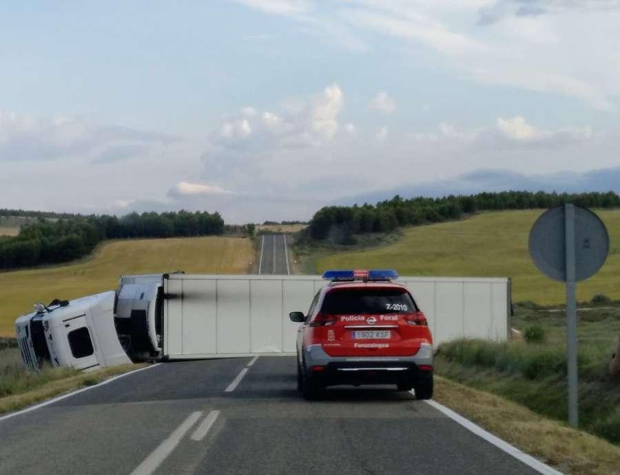 El vuelco de un camión ha tenido cortada durante horas las NA666 en Sesma