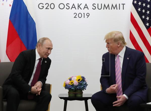 Trump se reúne con Putin y le pide sarcásticamente que no se meta en EE.UU.