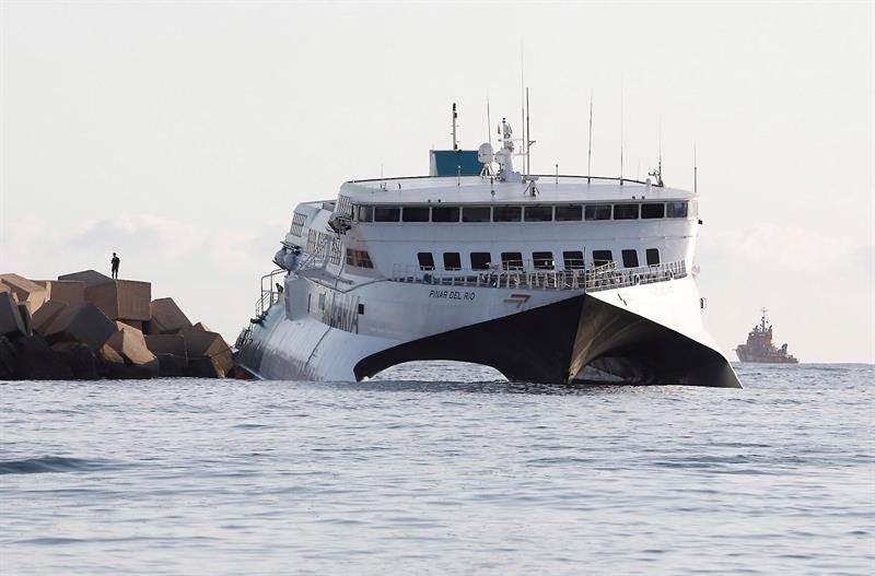 El ferri encallado llevaba 393 pasajeros, todos ilesos y evacuados a tierra
