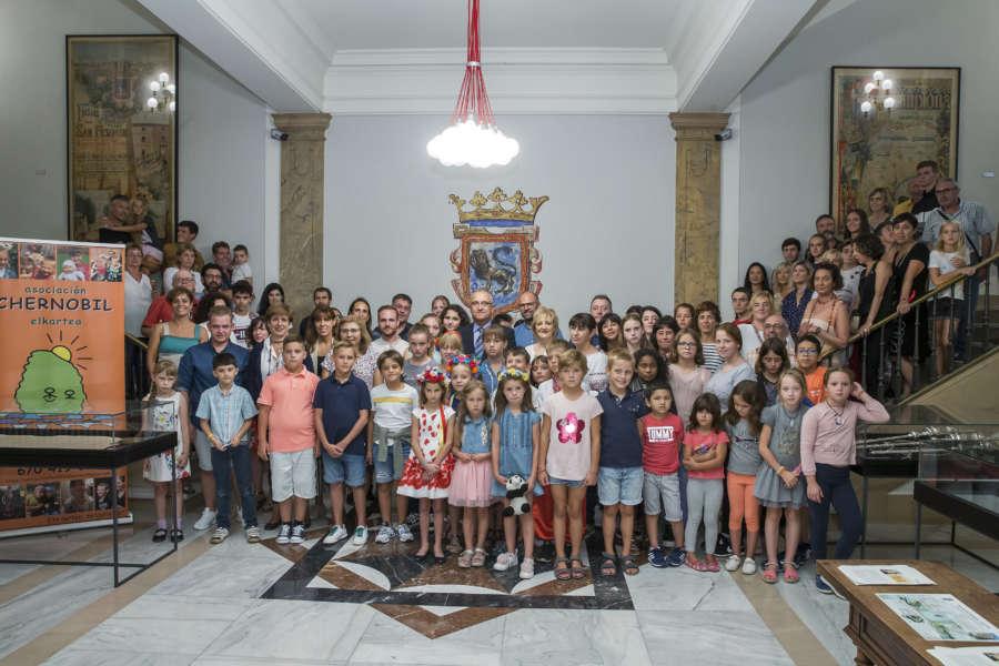 El alcalde de Pamplona recibe a niños venidos de Chernóbil para pasar el verano
