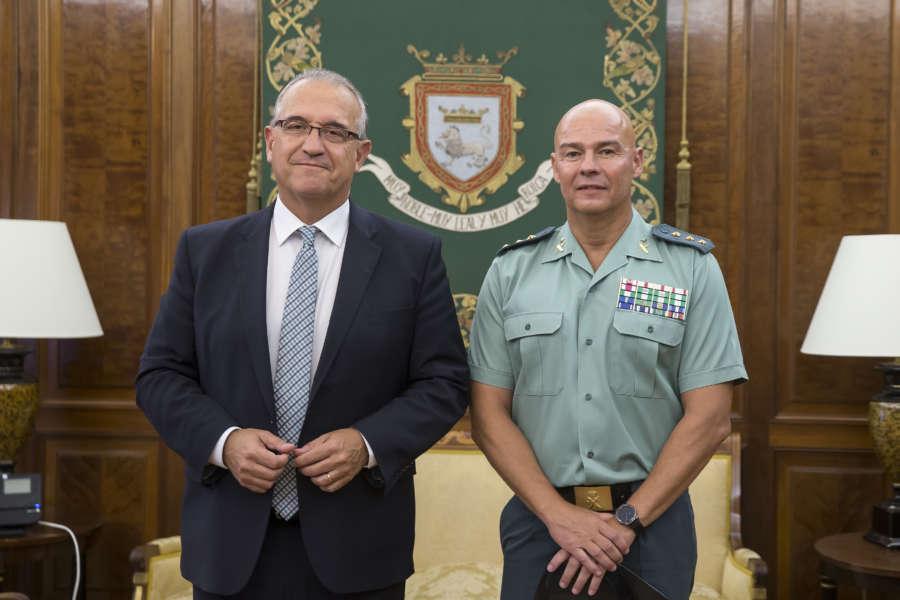 El alcalde de Pamplona recibe al jefe de la Guardia Civil en Navarra