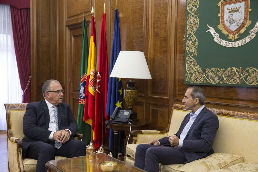 El alcalde de Pamplona recibe al rector de la Universidad de Navarra