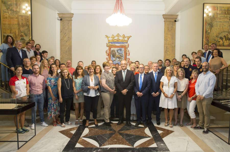El Ayuntamiento recibe a las delegaciones de los 17 países que participan esta semana en el Campeonato de Europa de patinaje de velocidad