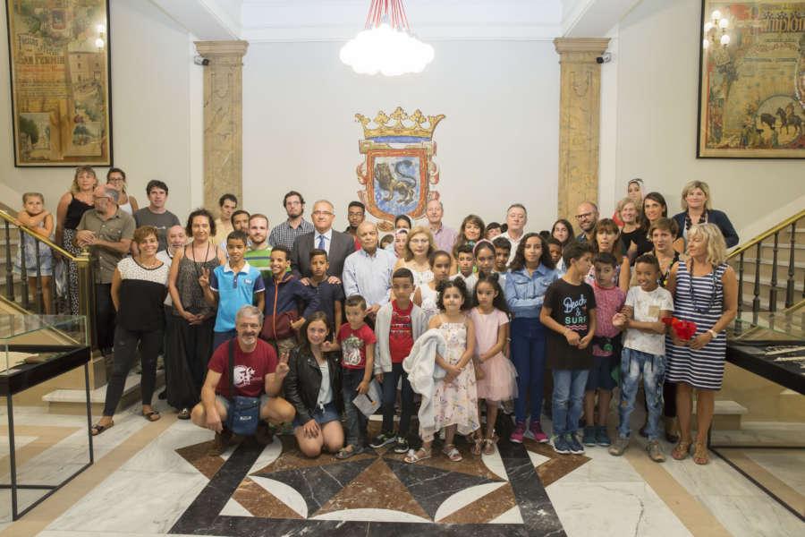 Maya recibe a una veintena de niños saharauis que pasan el verano en Navarra