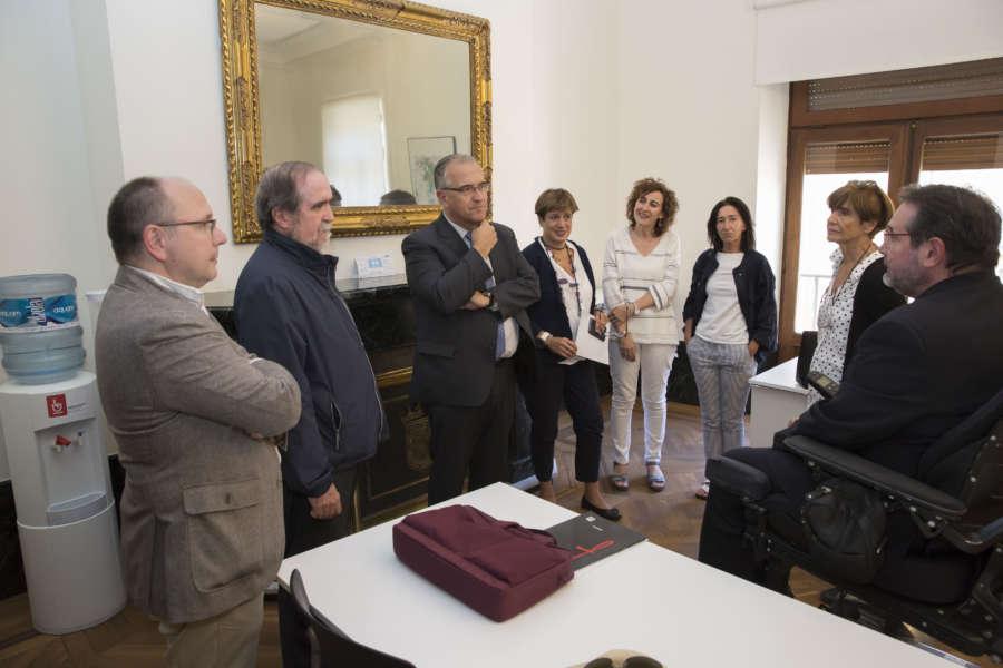 Enrique Maya, alcalde de Pamplona, se reúne con la Fundación Caja Navarra