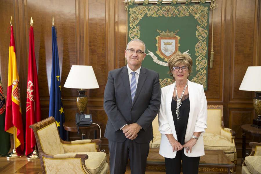 Maya se reúne con Carmen Jusué, directora de UNED Pamplona